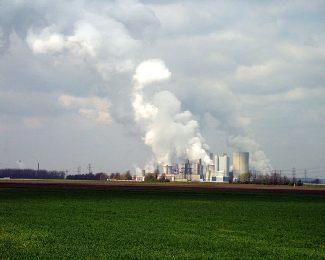 """Durch den unsäglichen Handel mit """"Verschmutzungsrechten"""" wird die Produktion in Deutschland und Europa künstlich verteuert. Photo: via wikipedia.org"""