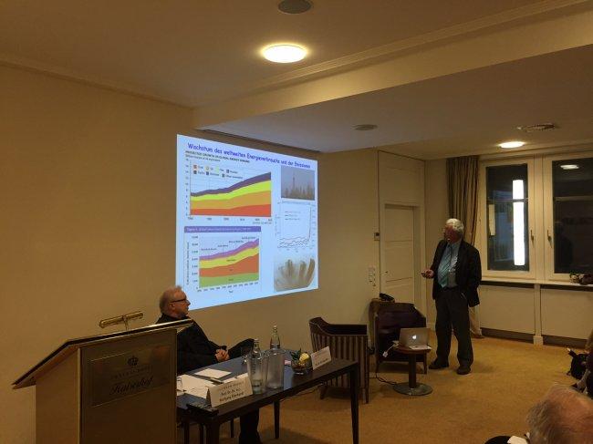 Gerd Ganteför (links, sitzend) und Wolfgang Eberhard (rechts) bei ihrem Versuch, etwas zur Energiewende zu sagen