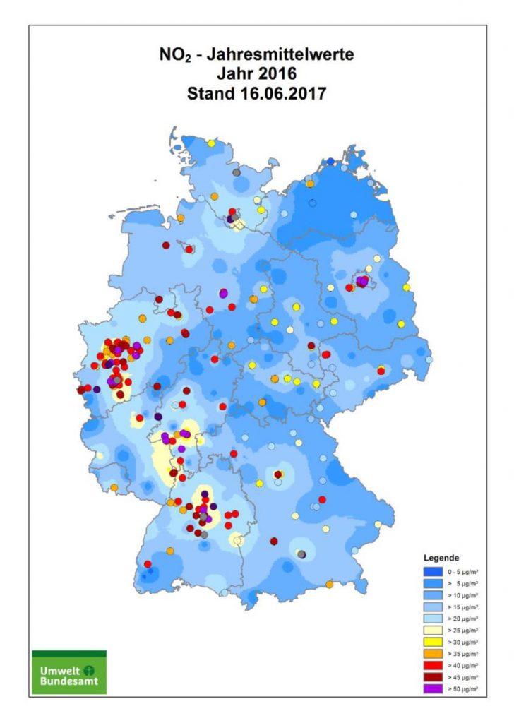 Bild 2. Im Jahr 2016 wurden die NO2-Grenzwerte nur in einigen meist größeren Städten überschritten. Der weit überwiegende Teil Deutschlands liegt bereits unterhalb der Grenzwerte (Grafik: UBA)