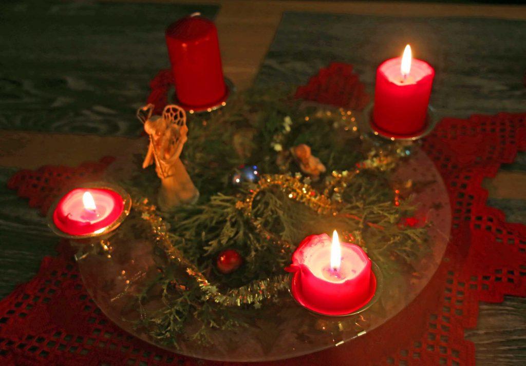 Bild 3. Das Kerzenlicht eines Adventskranzes vermittelt ein starkes Gefühl von Heimeligkeit und familiärer Geborgenheit